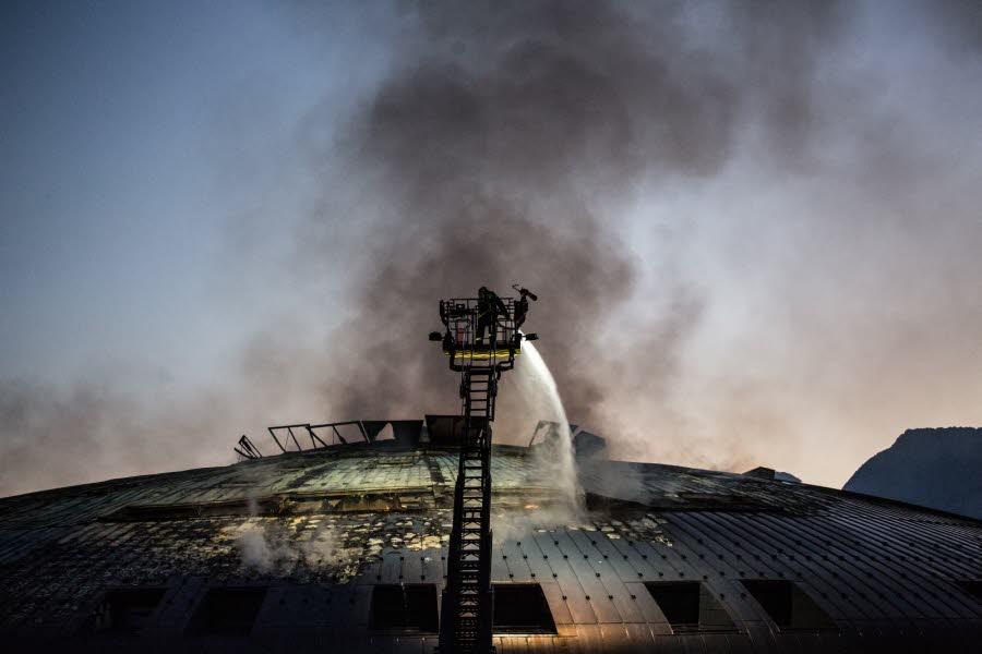 les-sapeurs-pompiers-en-action-ce-matin-a-la-villeneuve-peu-avant-le-lever-du-jour-photo-le-dl-etienne-bouy.jpg